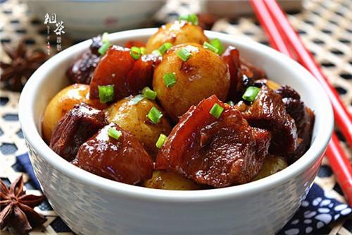 来一口小土豆烧肉幸福感倍增!